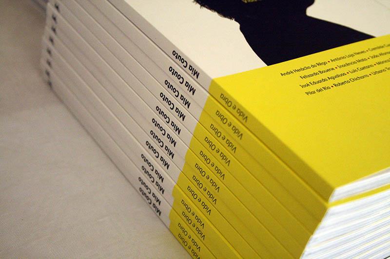 Cartaz para apresentação do livro Mia Couto - Vida e Obra